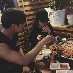 Resultado de imagem para korean couple ulzzang having ice cream Relationship Goals Pictures, Cute Relationships, Couple Relationship, Ulzzang Couple, Ulzzang Girl, Cute Couples Goals, Couple Goals, Ullzang Boys, Girls