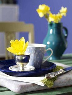Einzelne Blüten der Osterglocke zieren ab sofort silberne Eierbecher... Mehr Deko-Ideen zu Ostern gibt es in unserem Special!