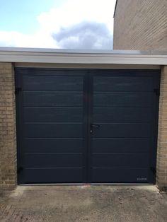 Tweevleugelige garagedeur. Garage Door Styles, Garage Doors, Side Extension, Hotels, Outdoor Decor, Remodeling, Home Decor, Carport Garage, Porto