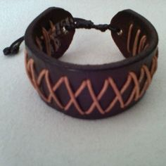 440c9f78bd94 brazalete en cuero marron y tejido en cuero redondo
