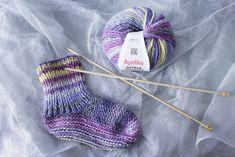 Vous avez toujours voulu tricoter des chaussettes mais vous êtes débutant ? J'ai LE tuto pour vous pour tricoter des chaussettes simples et ultra moelleuses Knitting Socks, Baby Knitting, Knit Socks, Baby Booties, Baby Patterns, Mittens, Slippers, Textiles, Wool