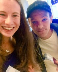 Louis with a fan this morning in London airport. He's back to LA 07.09.16 #louistomlinson #niallhoran #liampayne #harrystyles #onedirection #directioners #music #mitam #history #1d #1DHistory  #adidas #MITAM #otra #lilo #nouis