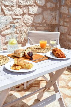 About a year ago, an old building of 1858 was transformed into a olea traditional guesthouse that combines all contemporary comforts. Old Building, Greeks, Sun Kissed, Traditional, Lifestyle, Country, House, Food, Rural Area