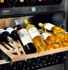Adega de piso e embutir WS 17800 em inox, com 3 zonas de temperatura para 178 garrafas, 192 cm X 70 cm X 74,2 cm (A x L x P). - Prateleira de apresentação de vinhos: exibe com elegância os vinhos que serão degustados. Permite ainda armazenar garrafas deitadas na sua parte traseira. #LIEBHERR #ADEGA #VINHOS