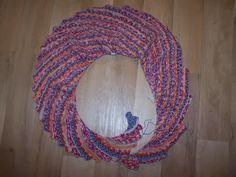 Der Drachenschwanz ist ein etwas schmalerer Schal, der auf einer Seite eine Zackenkante hat. Durch die Zunahmen auf der anderen Seite ringel...