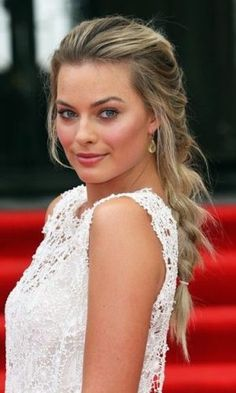 bbbbbbbbMargot Robbie Photos Photos: 'About Time' Premieres in London — Part 3 ccccccccccc Margot Robbie – known mainly from her role in 'Wolf of wall street' but I think she looks much nicer in 'About time'. Margo Robbie, Margot Robbie Style, Margot Robbie Harley Quinn, Margot Robbie Focus, Cabelo Margot Robbie, Atriz Margot Robbie, Actress Margot Robbie, Margot Robbie Brunette, Actrices Blondes