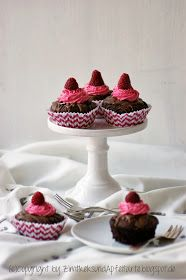 Brownie-Oreo-Cupcakes mit Himbeer-Topping