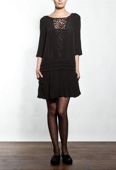 Claudie Pierlot hiver 2012/2013 robe en crêpe, manche 3/4 on aime l'incrustation en dentelle en V et la deco plis 175 € www.filystore.com