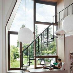 Canto de leitura com vidraças transparente e muito bem iluminada.