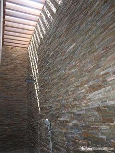 Rustiek kwartsietsteenstrips toegepast in de badkamer van een luxe villa in Curacao.