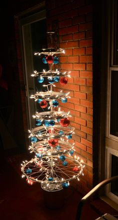 A wheel Christmas tree alternative Christmas tree. Bicycle Crafts, Bike Craft, Bicycle Decor, Bicycle Art, Bicycle Shop, Bicycle Wheel, Bicycle Design, Recycled Bike Parts, Holiday Crafts