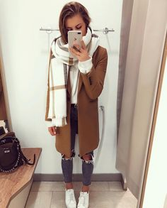 Beige coat and scarf Cachecol e casaco bege de Outono Casual Winter Outfits, Winter Fashion Outfits, Autumn Winter Fashion, Trendy Outfits, Fall Outfits, Winter Scarf Outfit, Scarf Outfits, Winter Style, Sunday Outfits