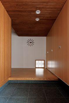 両親が残した庭を楽しむ和モダンの平屋 Japanese Modern House, Japanese Home Design, Japanese Interior, Modern Entrance, Entrance Design, House Entrance, Japanese Architecture, Interior Architecture, Hallway Flooring
