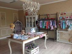 Resultado de imagen de decoracion de tiendas de ropa de niños Boutique Decor, Boutique Interior, Kids Boutique, Boutique Design, Shop Interior Design, Retail Design, Store Design, Boutique Ideas, Boutiques