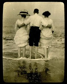 day at the sea,1912 Vintage Abbildungen, Images Vintage, Photo Vintage, Vintage Pictures, Vintage Beauty, Old Pictures, Old Photos, Vintage Postcards, Antique Photos