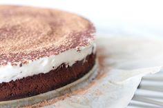 Um bolo especial que tem o melhor do brownie com o intenso chocolate e o maravilhoso creme de mascarpone do tiramisù