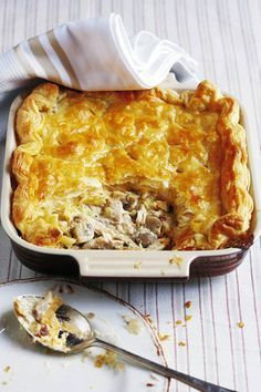 Hoender-en-sampioenpastei - om hierdie dis nog vinniger te maak koop 'n klaar gaar hoeder op pad huistoe. Creamy Chicken Pie, Chicken And Mushroom Pie, Chicken And Leak Pie, Chicken Mushrooms, Cream Chicken, South African Dishes, South African Recipes, Mary Berry, Mets