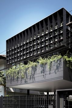 Openings in the steel grid frame 102 olive trees, in ceramic pots designed by local artists. The plants are intended to create a symbol of peace and also help to soften the facade's appearance. Architecture Résidentielle, Minimalist Architecture, Contemporary Architecture, Facade Design, House Design, Building Facade, Facade House, Bangkok Thailand, Ceramic Pots