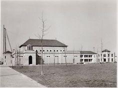 In de tuinstad Slotermeer werd in 1954 de door de architecten A. Evers en G. I Amsterdam, Old Pictures, Dutch, Taj Mahal, Mansions, Petra, House Styles, Building, Places