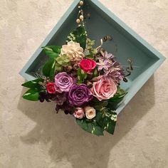 プリザーブドの壁掛け 数年前に作った壁掛けが、色あせてきたので、作り直しました。バラの花を紫とピンクにして、他はほこりをとって水拭きして使い回しです。バラの花弁の間に、ピンセットで綿を詰めて咲かせる加減が、楽しくて夢中になって作りました。 でも、家族のみんなは、そこにあるものと考えているのか、新しくなったのに気がつきませんでした^_^ 当たり前とか自然って、こんなものかもしれませんね。 気がついてもらえなくても、気持ちよく生活できるようにする・・・そんなふうになりたいな。 私は、気がついて欲しくて、アピールしましたが😂 小さい人間だ、うん。  #ハンドメイド#着物#着物リメイク#手芸#和小物#和雑貨#手作り#帯バッグ#半幅帯#絣#絹  #海#波#愛犬#sea#surfin#bag#kimono#obi #patchfarm#無農薬#有機栽培野菜た#個別配達#7さとふる納税#野菜ソムリエサミット入賞#離乳食セット #断捨離#整理整頓#プリザーブド#使い切る
