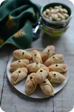 Et si on partait au Maroc en ce dimanche avec ces bons petits gâteaux aux amandes ? :) C'est rapide, dépaysant et délicieux en plus ! Cette recette je la tiens de ma maman, c'est la même base pour confectionner des cornes de gazelle, c'est juste le façonnage...