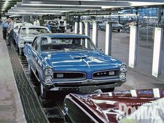 Pontiac GTO Factory Assembly Line,i want to find one of these with camaro assembly line. Pontiac Gto, Ford Mustang, Vintage Cars, Antique Cars, Vintage Auto, 1967 Gto, Volkswagen, Automobile, Us Cars