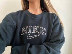 Nike Pullover, Nike Hoodie, Casual School Outfits, Retro Outfits, Summer Outfits, Nike Sweatshirts, Sweat Shirt, Vintage Sticker, Vintage Nike Sweatshirt