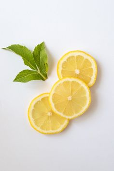 Do lemons go bad? Lemons have a long shelf life thanks to their thick rind. However, any type of fruit will go bad at some point and lemons are no exception Lemon Images, Lemon Pictures, Essential Oils Cleaning, Lemon Essential Oils, One Day Detox, Lemon Benefits, Oil Benefits, Lemon Herb, Veggies