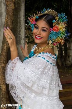 look at the beading. not sure whether to post this under art, real love, or makeup. We Are The World, People Of The World, Panama Culture, World Thinking Day, Beautiful Costumes, Ethnic Dress, Folk Costume, Panama City Panama, Afro