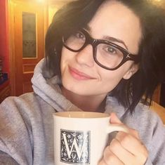 """""""Demi Lovato wearing glasses and no makeup. Pelo Demi Lovato, Demi Lovato Makeup, Demi Lovato Hair, Demi Lovato Style, Glasses Brands, Model Foto, Wearing Glasses, Piercings, Reasons To Smile"""