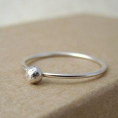 Ein putziger kleiner Ring aus einem Punkt aus Silber.    ** Bitte geben Sie mir Ihre Ring-Größe (in UK / USA / EU),  während der Kaufabwicklung **