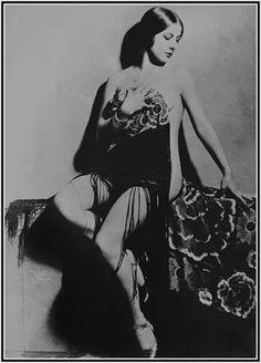 Spanish singer and actress Concha Piquer, Roaring Twenties, The Twenties, Antonio Molina, Divas, Burlesque, Movie Stars, 1920s, Gypsy, Spanish