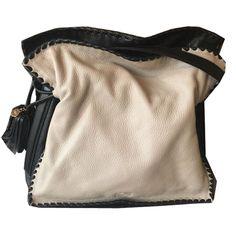 Flamenco es el bolso más atrevido y curvilíneo de #LOEWE. Lo tenemos beige y negro: http://bit.ly/1SFBqjs  #sales