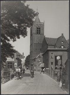 Zicht op de Grote #Kerk in Vianen vanaf de #Buitenlandpoort, 1935. Let op de grote reclameborden.