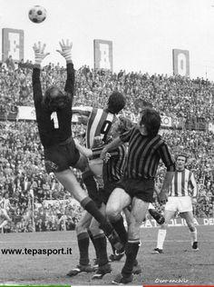 L.R. Vicenza - Foggia Trentini, in uscita, sventa un attacco biancorosso ... ⚽️ C'ero anch'io ... http://www.tepasport.it/  Made in Italy dal 1952