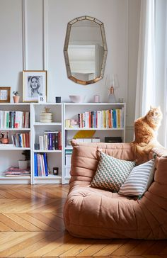 This Parisian Apartment Will Make You Want a Velvet Sofa - Decoration Living Room Kitchen, Living Room Decor, Living Spaces, Dining Room, Dream Apartment, Apartment Living, Brooklyn Apartment, Manhattan Apartment, Billy Ikea