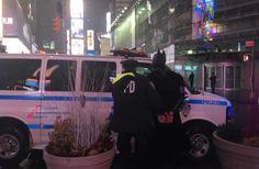 Un hombre disfrazado deBatmanquetrabajaba pidiendo propinaenTimes Squarefue arrestado el miércoles en la noche luego, de que le robara$50a un turista y luego saliera corriendo.