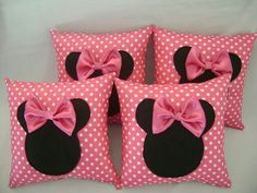 Crear unos sencillos cojines de Minnie Mouse para decorar tu habitación nunca fue tan fácil. Puedes elegir entre una amplia gama de telas si... Cute Cushions, Cute Pillows, Baby Pillows, Throw Pillows, Cushion Covers, Pillow Covers, Box Cushion, Sewing Crafts, Sewing Projects
