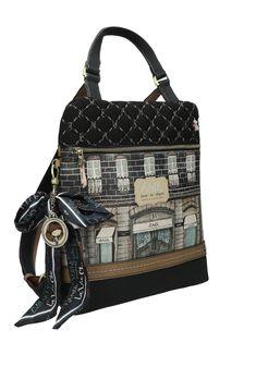 Elegantní batoh od značky Anekke zdobí stylový motiv luxusního butiku a zároveň i krásná mašle. Batoh můžete nosit na zádech, předloktí i v ruce. #damskebatohy #differentcz #anekke Couture, Shoulder Bag, Bags, Fashion, Handbags, Moda, Fashion Styles, Shoulder Bags, Haute Couture