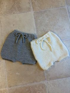 Knit One-Piece Stretchy Baby Booties Free Knitting Pattern + Video - Knitting Pattern - indisches wohnzimmer Knitting For Charity, Knitting For Kids, Baby Knitting Patterns, Baby Patterns, Free Knitting, Baby Bloomers Pattern, Romper Pattern, Crochet Pattern, Baby Shorts