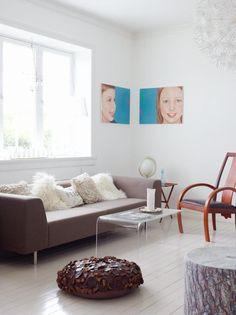 MØBLERT FOR SESONGEN: I sommerhalvåret står sofaen med ryggen mot vinduet. Når kulda setter inn, settes sofaen langs kortveggen slik at panelovnen kan ta i mot for kaldraset fra vinduet. Ommøbleringen gir sesongvariasjoner også innendørs.