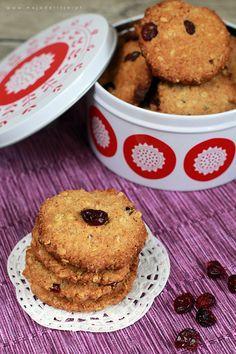 Chrupiące i kruche ciasteczka owsiane o smaku orzechowym z żurawina lub rodzynkami