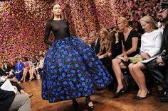 Raf Simons hat seine Feuertaufe bei Dior bestanden! Er präsentierte bei der Paris Fashion Week seine erste Haute-Couture-Kollektion für das Modehaus. Wir verraten Euch die Highlights und wie sie bei den Modekennern ankam.