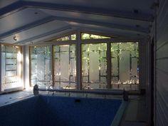 ПЕСКОСТРУЙНЫЕ ВИТРАЖИ Техника исполнения: панорамные окна бассейна оформлены витражами с пескоструйной гравировкой и фьюзингом. #artglass #артгласс #витражи #витражиспб #студияжогина #витраживинтерьере #пескоструй #фьюзинг