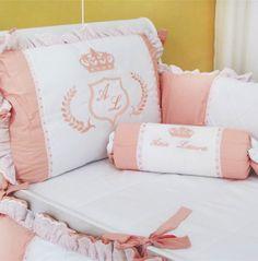 O Kit de berço Realeza é padrão americano e confeccionado em tecido 100% algodão e enchimento acrílico antialérgico. Composto de peças ricas em detalhes, bordados delicados e amarradores reforçados, garantindo o conforto e a segurança do seu bebê.  Contém 9 peças: 01 Protetor de cabeceira (0,68m x 0,48m) 02 Protetores laterais (1,30m x 0,33m) 01 Edredom (1,55m x 1,04m) 01 Trocador (0,67m x 0,47m) 01 Lençol de Cima (1,55m x 1,00m) 01 Lençol de Baixo (1,55m x 1,00m) 01 Fronha (0,40m x 0,30m)…