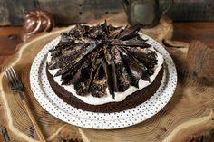 Nem rég hoztunk nektek egy retró mákos sütit, ami szintén laktózmentes volt, de hogy az ünnepi asztalra is tudjatok tenni valamit, most mutatunk egy szuper csokitorta receptet, amire egy nagyon kókuszos krém és kókuszos csokidíszítés is került. Próbáljátok ki és lepjetek meg vele valakit!