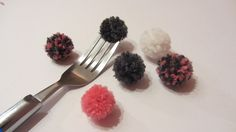 Did you know that you can use a fork to create a small pompom? Creative Crafts, Fun Crafts, Diy And Crafts, Arts And Crafts, Pom Pom Flowers, Paper Flowers, Beautiful Crochet, Diy Crochet, Pom Poms