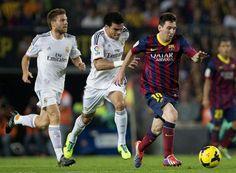GRA335. BARCELONA, 26/10/2013.- El delantero argentino del F.C. Barcelona Leo Messi (d) pelea un balón con los jugadores del Real Madrid Kle...