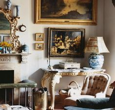 Rich layers of English antiques & Oriental lacquerware in Florence sitting room of Sue Townsend