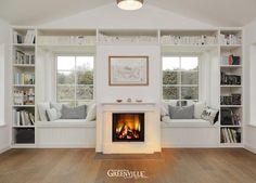 Gemütliches Kaminzimmer mit Sitztruhen in den Fensternischen. Sie sind der… Fireplace Windows, Fireplace Bookshelves, Coastal Farmhouse, Coastal Cottage, Window Shelves, Book Shelves, Laminate Flooring, Built Ins, Fixer Upper